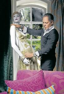 Este momposino de talla internacional ama vestir a una mujer cien por ciento femenina. - Página oficial Hernán Zajar/ GENTE DE CABECERA