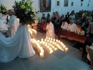 Otro rito importante el Jueves Santo es la oración frente al Santísimo puesto en el Monumento.