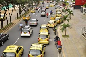 Taxistas esperando su turno, frente a Cacique.