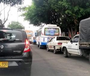 Los carros siempre están estacionados en el costado derecho de la vía. - Suministrada / GENTE DE CABECERA
