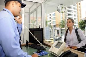 Otra de las funciones principales de los guardas de seguridad es registrar a quienes visitan el edificio o conjunto residencial. - Didier Niño / GENTE DE CABECERA