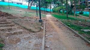 En el parque Los Sarrapios se adelantan obras de remodelación. Las personas de la tercera edad esperan que no les retiren las barandas de las escaleras. - Suministrada / GENTE DE CABECERA
