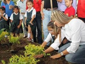 Los niños participaron en una siembra de árboles en el Parque Conucos. - Suministrada / GENTE DE CABECERA