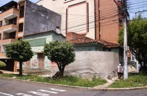 Esta casa está abandonada hace varios años y solo hasta hace más de un año se logró que la encerraran