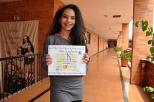 Paula Reyes con su certificación de ganadora de La Salle English Song Festival. - Suministrada / GENTE DE CABECERA