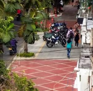 Las motocicletas ocupan gran parte del andén, zona exclusiva para peatones. - Suministrada / GENTE DE CABECERA