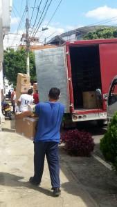 Los camiones se estacionan en la carrera 32 para traer y llevar productos de un almacén cercano. - Suministrada /GENTE DE CABECERA