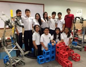 En el laboratorio de robótica del colegio, junto a sus robots.
