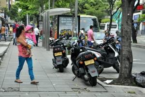 Muchos peatones no encuentran espacio suficiente en la carrera 33, debido a la invasión por parte de vehículos. - Laura Herrera / GENTE DE CABECERA