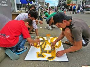 Jóvenes y adultos participaron en la propuesta de Ciclaramanga de pintar el ciclocarril en la carrera 27. - Suministrada Ciclaramanga / GENTE DE CABECERA