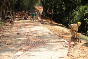 Este es uno de los senderos que se construye en el futuro parque Carlos Virviescas Pinzón, ubicado en la carrera 40