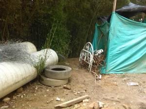 Algunos de los inservibles que quedaron en el lote del parque, luego del desalojo de los habitantes de calle que dormían allí