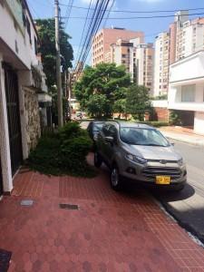 En la carrera 38 con calle 46 un vehículo fue estacionado sobre el andén, obstruyendo el paso de los peatones. - Suministrada / GENTE DE CABECERA