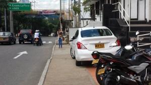 Este andén muchas veces se ve invadido por el estacionamiento provisional de carros y motos. - Suministrada / GENTE DE CABECERA