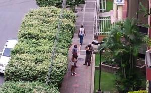 El individuo en acción, pidiendo el dinero en una de las calles del sector. - Suministrada / GENTE DE CABECERA