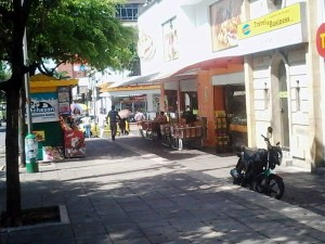 Un ciudadano reclama por la presunta invasión del espacio público en esta esquina comercial. - Suministrada / GENTE DE CABECERA
