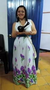Silvia Bautista recibiendo por parte de los organizadores su reconocimiento en el Festival Mono Núñez, en el coliseo Gerardo Arellano.  - Suministrada / GENTE DE CABECERA