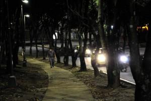Este es otro punto del sector en el que los árboles frondosos obstruyen el paso de la luz y genera inseguridad. - Didier Niño / GENTE DE CABECERA