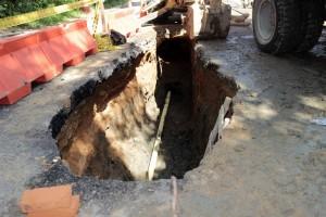 Este miércoles 15 se iniciaron las obras de cambio provisional de tubería en el cráter de la carrera 48 con calle 56, en Terrazas. - Fabián Hernández / GENTE DE CABECERA