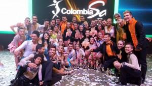 Junto a sus trofeos los jóvenes de grupo base de la escuela Clave Latina gozan de su triunfo. - Suministrada / GENTE DE CABECERA