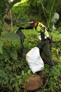 La Policía lideró una jornada de limpieza en la quebrada La Terraza. - Suministrada / GENTE DE CABECERA