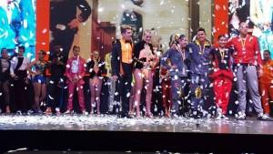 Los ganadores de la categoría semiprofesional Tania Serrano y Camilo Amorocho (en el centro con traje de naranja y negro)