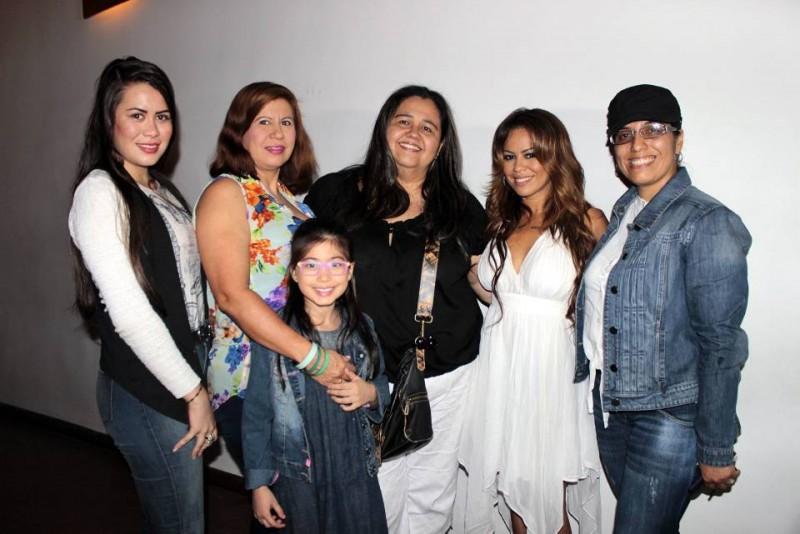 Karen Santoyo, Jackeline Nieves, Valentina Santoyo, Alba Lucía Flórez, Fatiniza y Janeth Cadena