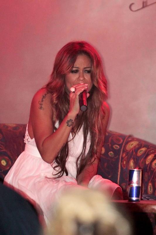 Fatiniza es compositora y cantante de pop-rock y su estilo latino la ha consolidado como una de las artistas más famosas de Dubai, Emiratos Árabes