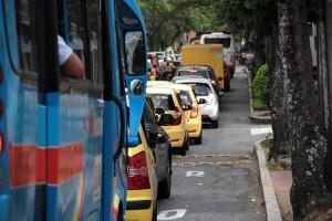 En la avenida González Valencia entre calles 56 y 59, algunos conductores dicen que los trancones crecieron por la instalación de estos reductores de velocidad