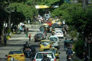 La calle 45 entre carreras 36 y 27, prácticamente siete cuadras de trancón ocasionado por carros o motos estacionados sobre la vía o por obras en la carrera 27