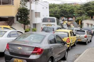 El caos vehicular en la vía entre la clínica Saludcoop y la iglesia el Divino Niño se produce por conductores que parquean a lado y lado, reduciendo el espacio de movilidad