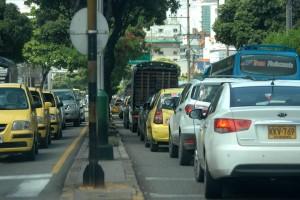 En la carrera 33, desde la calle 34 a la 56, el flujo lento de vehículos es causado por los buses de servicio público que paran a recoger y dejar pasajeros. Faltan bahías