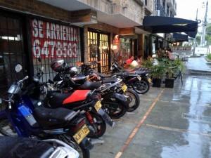 Las motos son estacionadas constantemente en los andenes de la carrera 34 entre calles 48 y 49. - Suministrada / GENTE DE CABECERA