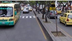 El paso por las cebras, en la carrera 33 con calle 53, es cada vez más irrespetado por los vehículos y motocicletas. - Tomada de Google / GENTE DE CABECERA