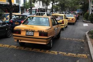 Varios ciudadanos coinciden en que la instalación de estos reductores de velocidad ha aumentado  los trancones en el sector de Conucos y la avenida González Valencia.  - Javier Gutiérrez / GENTE DE CABECERA