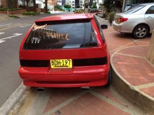 Este carro está estacionado sobre el paso peatonal, en la carrera 39 con calle 48. - Suministrada / GENTE DE CABECERA