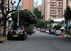 La queja por el estacionamiento de vehículos en la calle 42 con carrera 37 es constante. - Javier Gutiérrez / GENTE DE CABECERA