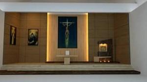 Así quedará el altar de la parroquia San Pío X. Uno de los cambios tiene que ver con el sagrario que estará a un lado, y no en el centro como siempre permaneció.