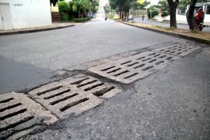 Este deterioro en el pavimento, en la Transversal Oriental, molesta a los conductores. - Javier Gutiérrez / GENTE DE CABECERA