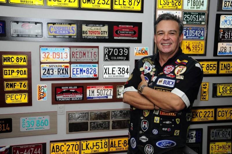 Carlos Beltrán Castro colecciona todo lo relacionado con autos y motos antiguas, entre esos objetos tiene cientos de placas nacionales y extranjeras