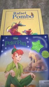 Los niños leen las historias de Rafael Pombo.