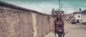 Captura de una de las imágenes del video 'Aquí voy'.