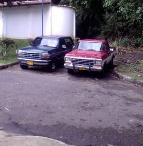 Estos son algunos de los vehículos que estacionan en el retorno de la carrera 54 con calle 52. - Suministrada / GENTE DE CABECERA