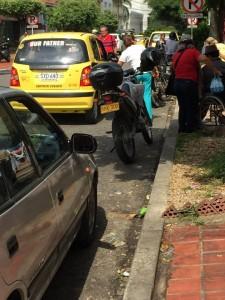 El vecino pide más acciones por parte de Tránsito para controlar el estacionamiento de automotores sobre sitios prohibidos. - Suministrada / GENTE DE CABECERA
