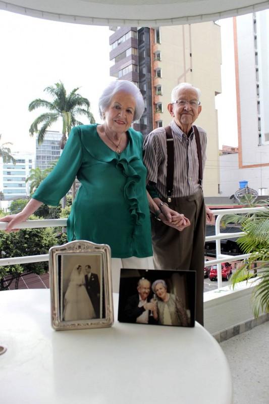 Esta pareja conserva la foto de su matrimonio, efectuado hace 61 años