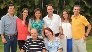 Los esposos junto a sus hijos y sus parejas.