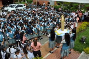 Las estudiantes participaron en la ofrenda floral que se le hizo a la Virgen, en su nueva gruta. - Suministrada / GENTE DE CABECERA