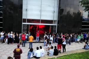 Cientos de jóvenes asistieron a la inauguración de 'La mansión del terror'. - Didier Niño / GENTE DE CABECERA
