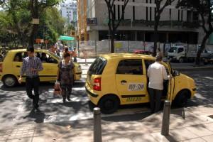 El cruce peatonal en el parque San Pío, con carrera 33, es uno de los más irrespetados por conductores. - Archivo / GENTE DE CABECERA