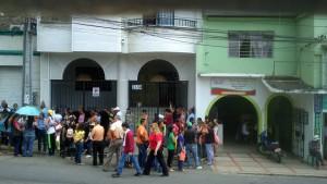 Los usuarios de la EPS se exponen a diario sobre la vía, pues no tienen más espacio para hacer las largas filas. - Suministrada / GENTE DE CABECERA